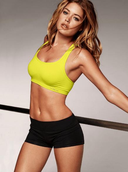 Cours d'aérobic et de fitness avec la bombesque Carmen Electra