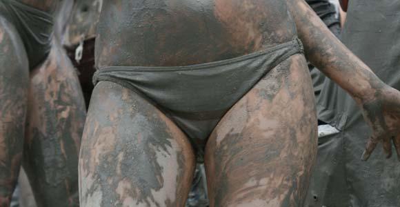 Foot dans la boue entre filles sexy presques nues