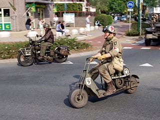 320px-Cushman_Model_53_Airborne_Scooter,_Bridgehead_2011_pic3