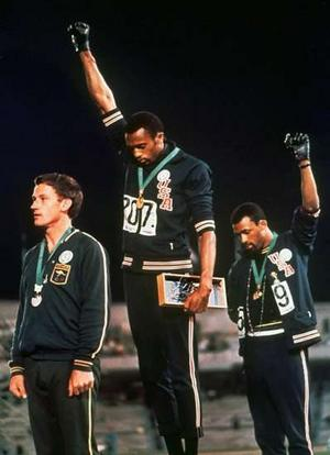 JO 1968 Mexico : Tommie Smith et John Carlos soutenant les Black Panthers