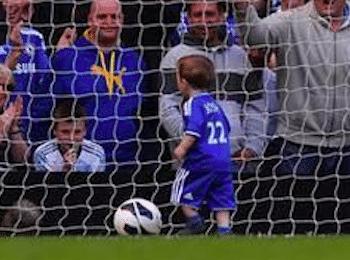Enfant dans une cage de foot