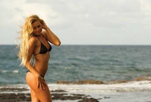 alana-blanchard-sexy-bikini-surf-blonde-plage-bronzé