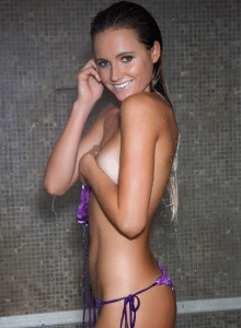 alana-blanchard-sexy-bikini-surf-violet-jaune-fesses-topless