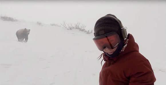 Une snowboardeuse poursuivie par un ours !